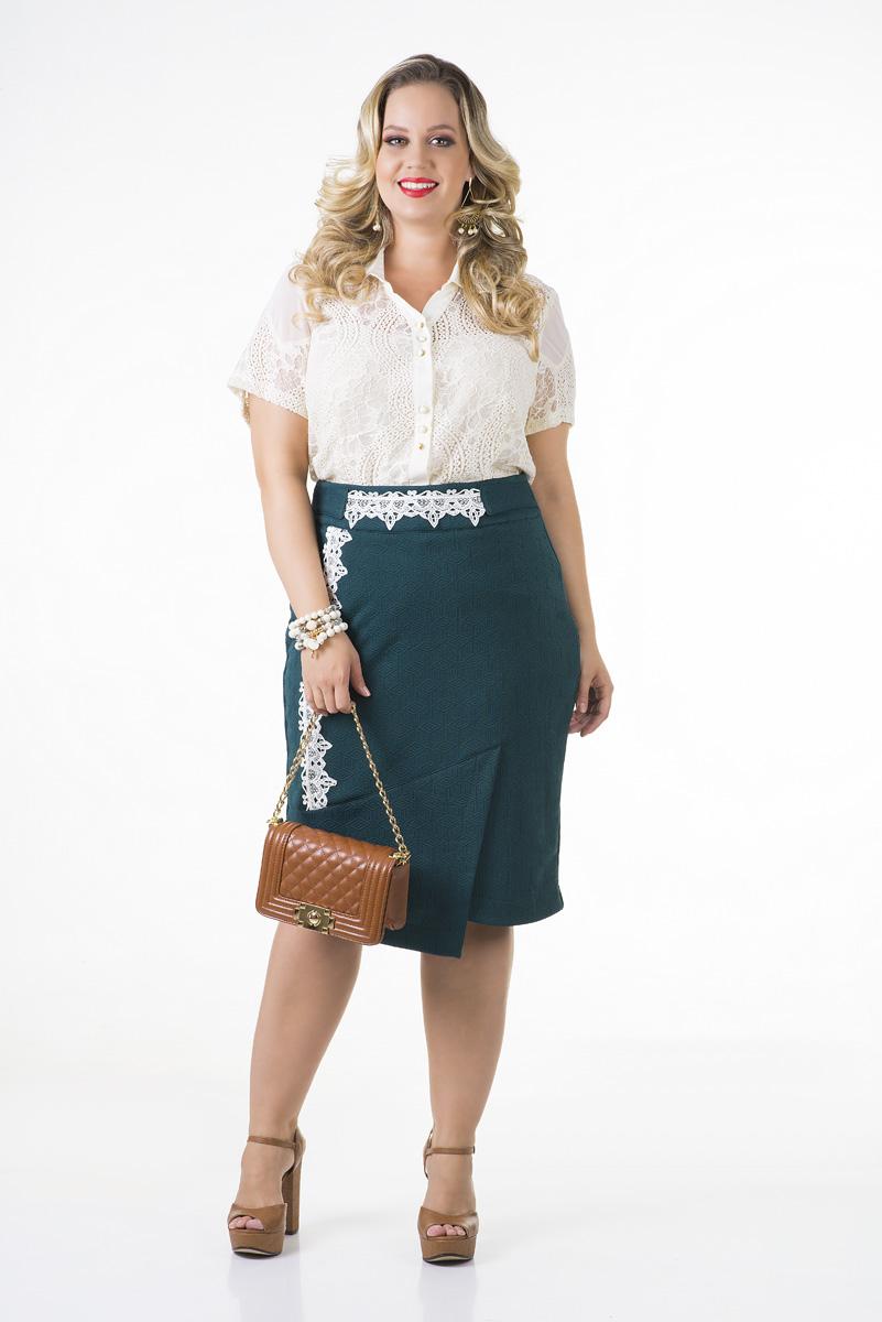 Conjunto plus size saia em malha jacquard e camisa renda forrada